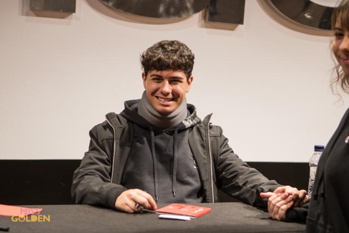 Alfred García firma en Barcelona con collarín y una enorme sonrisa