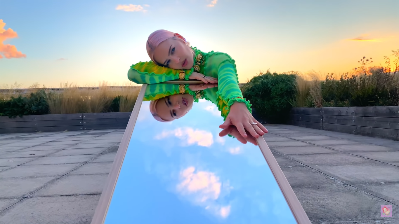 El nuevo single de Anne-Marie 'To Be Young' refleja pistas sobre su nuevo álbum