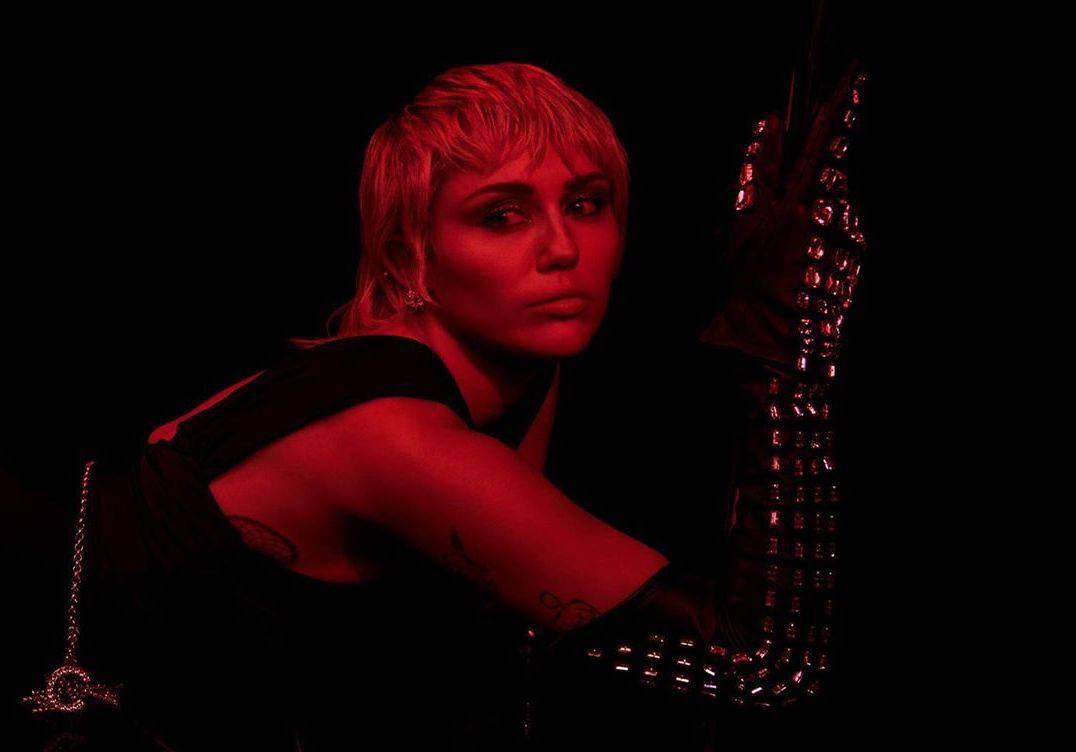 Miley Cyrus vuelve ¡con aire retro y ochentero!