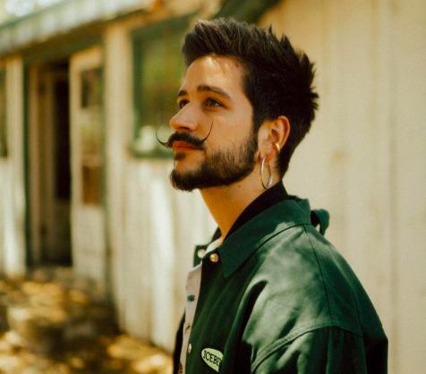 Camilo con una chaqueta verde posando/ Fuente: @camilo (Instagram)